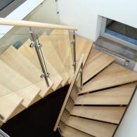 Aufgesattelte Treppe in Ahorn mit Glasgeländer