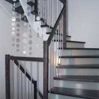 Aufgesattelte Treppe mit Glassetzstufen