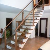 aufgesattelte Treppe mit beidseitigem Geländer und Glasfüllung