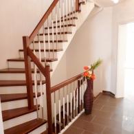 Aufgesattelte Treppe mit Setzstufen und gebeizt