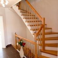 Aufgesattelte Treppe mit Setzstufen weiß