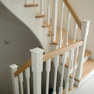 Aufgesattelte Treppe mit gedrechseltem Holzgeländer