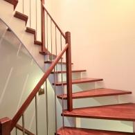 Aufgesattelte Treppe gebeizt mit Edelstahlsprossen