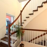 Aufgesattelte Treppe mit weißen Setzstufen