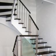 Aufgesattelte Treppe mit Edelstahlpfosten