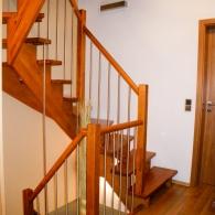 Aufgesattelte Treppe mit rundem Handlauf