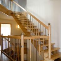 Aufgesattelte Treppe gerade mit Sonderpfosten