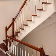 Aufgesattelte Treppe mit besonderem Geländer