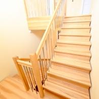 Aufgesattelte Treppe in Esche mit Setzstufen
