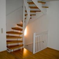 Aufgesattelte Treppe mit Kinderschutzleisten