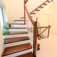 Aufgesattelte Treppe mit weißen/gebeizten Holzteilen