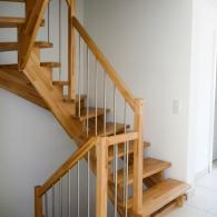 Aufgesattelte Treppe mit Edelstahlsprossen