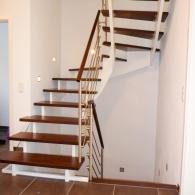 Aufgesattelte Treppe mit mitlaufendem Geländer