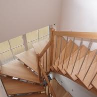 Aufgesatellte Treppe mit Stufen in Fenster verlängert