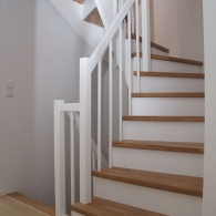 Aufgesattelte Treppe mit weißem Geländer