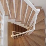 Aufgesattelte Treppe in Eiche parkett farbig geölt