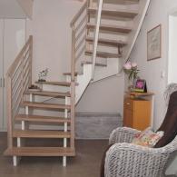 Aufgesattelte Treppe in Eiche farbig geölt (Weiß)