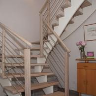 Aufgesattelte Treppe mit Außenwangengeländer