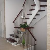 gebeizte aufgesattelte Treppe mit Edelstahlpfosten