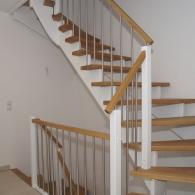 Aufgesattelte Treppe mit Weißen Wangen in Eiche Klassik