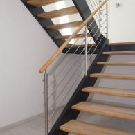 Holzwangen-Podesttreppe mit schwarzen Wangen