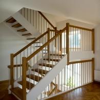 Holzwangen-Podesttreppe mit weißen Wangen