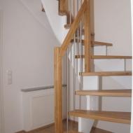 aufgesattelte Treppe mit weißen Wangen und Eichenbelag