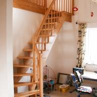 aufgesattelte Treppe 1/4 gew. mit Podest