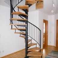 Spindeltreppe mit Stahlkonstruktion und Holzstufen