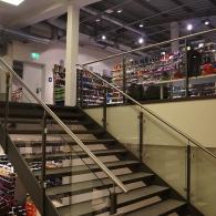 Stahlpodest-Treppe mit Glasgeländer