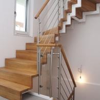 Zweiholmstahltreppe mit Stufen in Faltwerk-Optik montiert