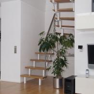Zweiholm-Stahltreppe mit Holzstufen und Edelstahlgeländer
