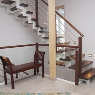 aufgesattelte Stahltreppe mit gebeizten Holzstufen