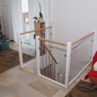 Galeriegeländer mit Glasfüllung und rundem Holzhandlauf