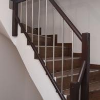 Treppengeländer an Betontreppe als Harfe unter Deckenkante auslaufend