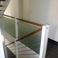 mitlaufendes Treppengeländer mit weißen Pfosten