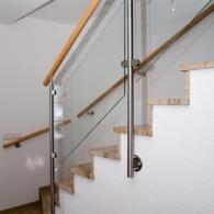 Treppengeländer mit Glasfüllung und Wandhandlauf