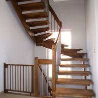 aufgesattelte Wangenfreie Treppe gebeizt