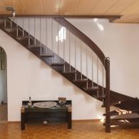 Wangenfreie Treppe gebeizt mit Krümmling
