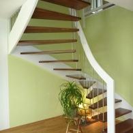 Wangenfreie Treppe mit Wangen + Handlauf weiß