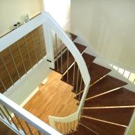 Wangenfreie Treppe mit Galeriegeländer und Harfe