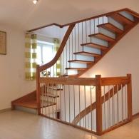 Wangenfreie Treppe mit Setzstufen und Zwischengeländer